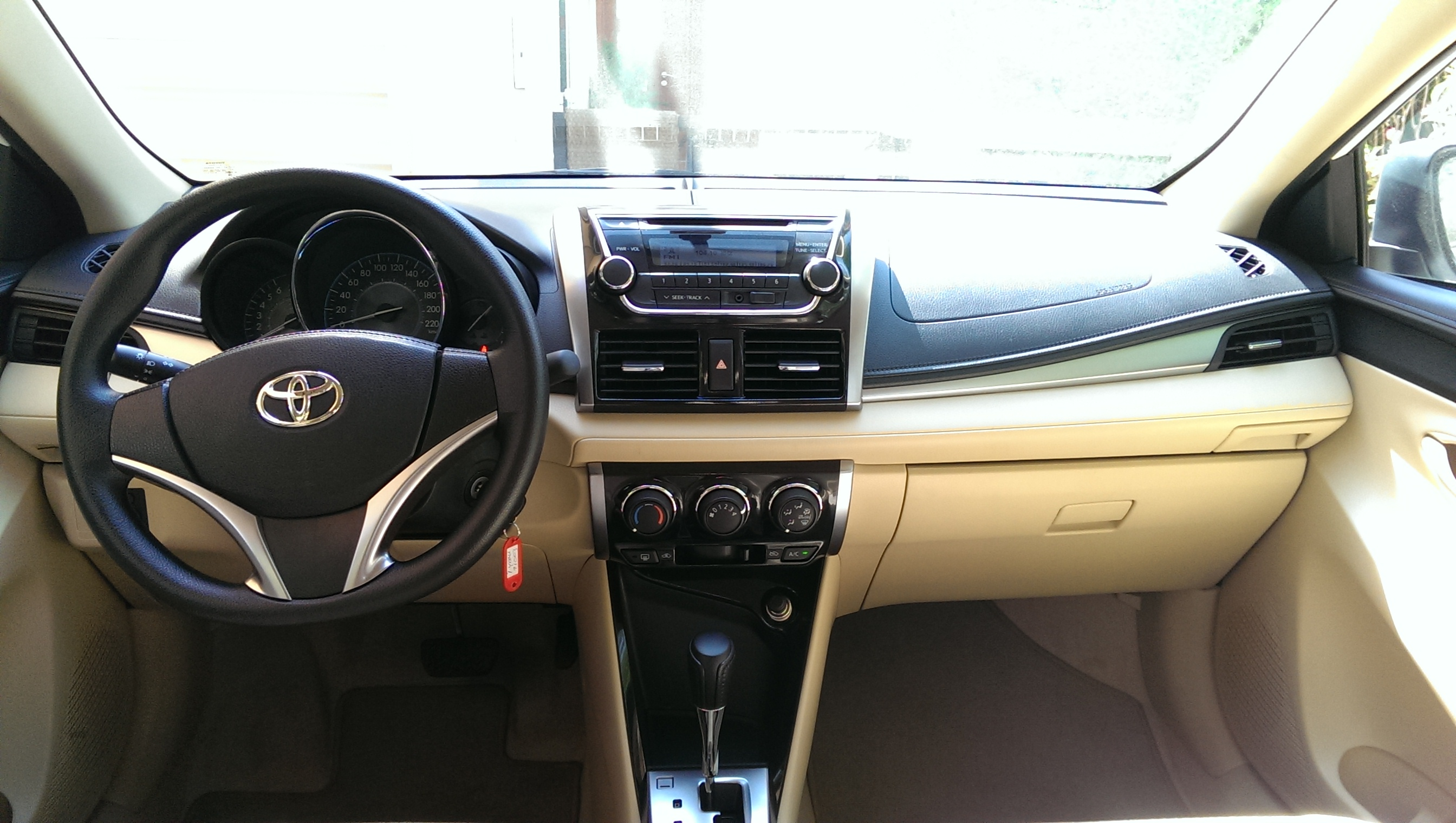 2014 toyota yaris 1 5 se uae version the common gearhead review the common gearhead. Black Bedroom Furniture Sets. Home Design Ideas